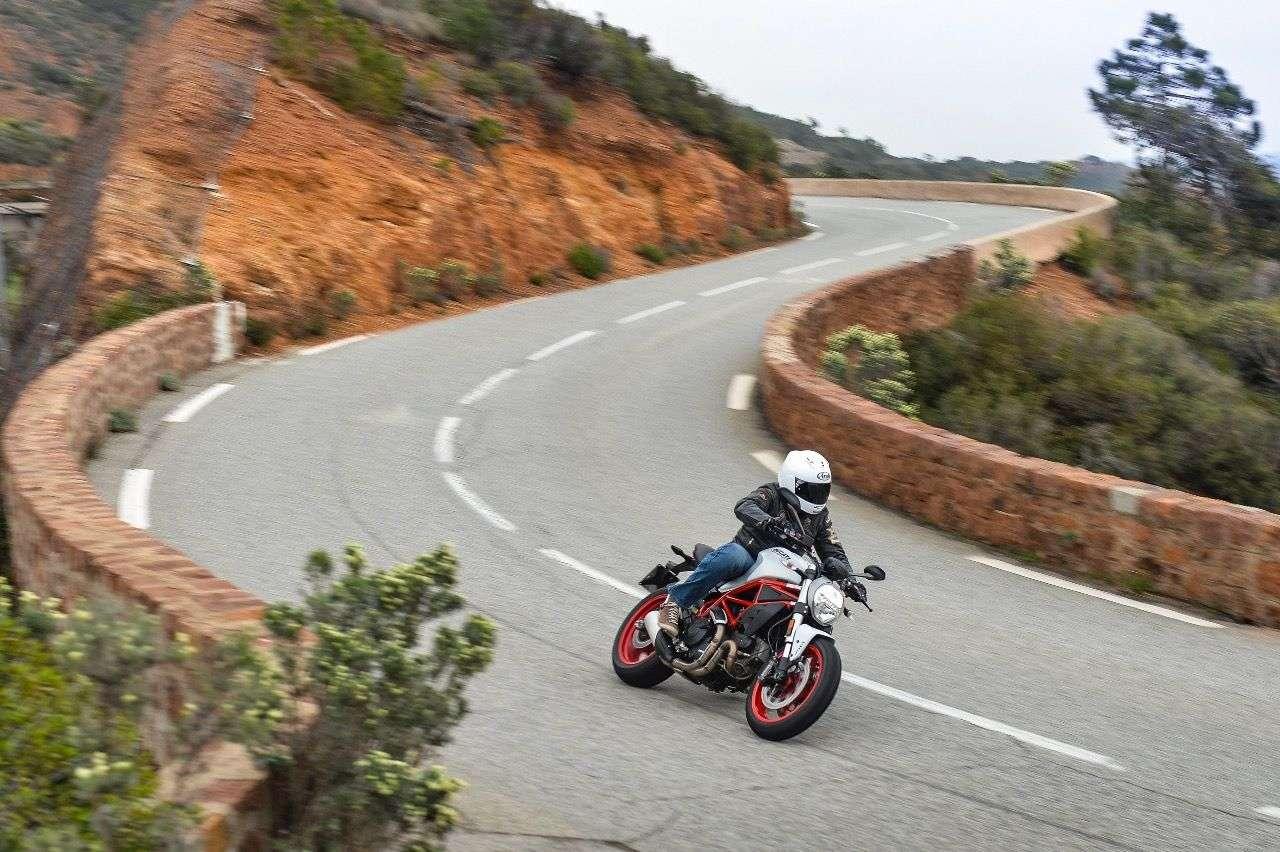 Das Reich der Ducati Monster 797: kurviges Geläuf. Hier spielt sie ihre Leichtigkeit und Wendigkeit aus.