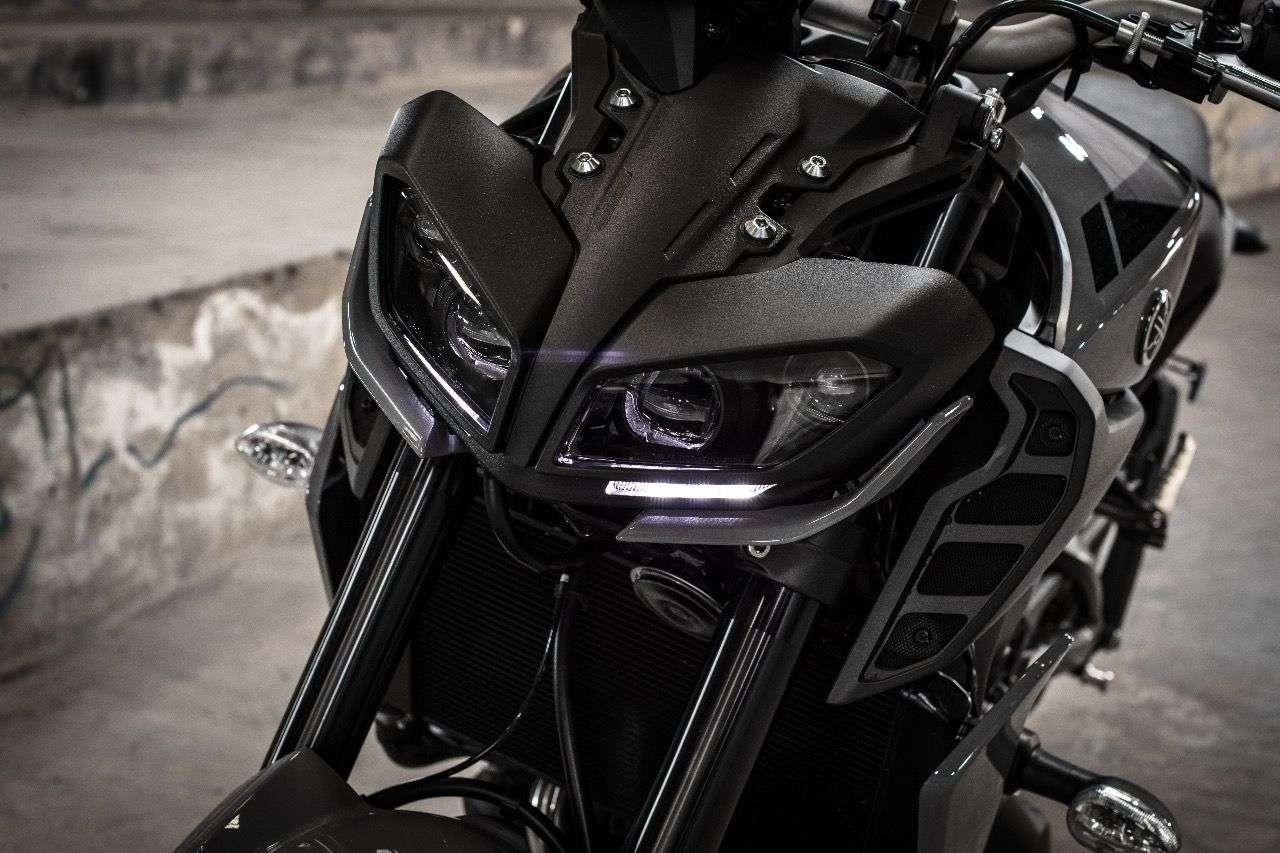 Schauen gut aus und projizieren auch ein sauber definiertes Beleuchtungsbild auf den Asphalt: die neuen LED-Scheinwerfer der MT-09.
