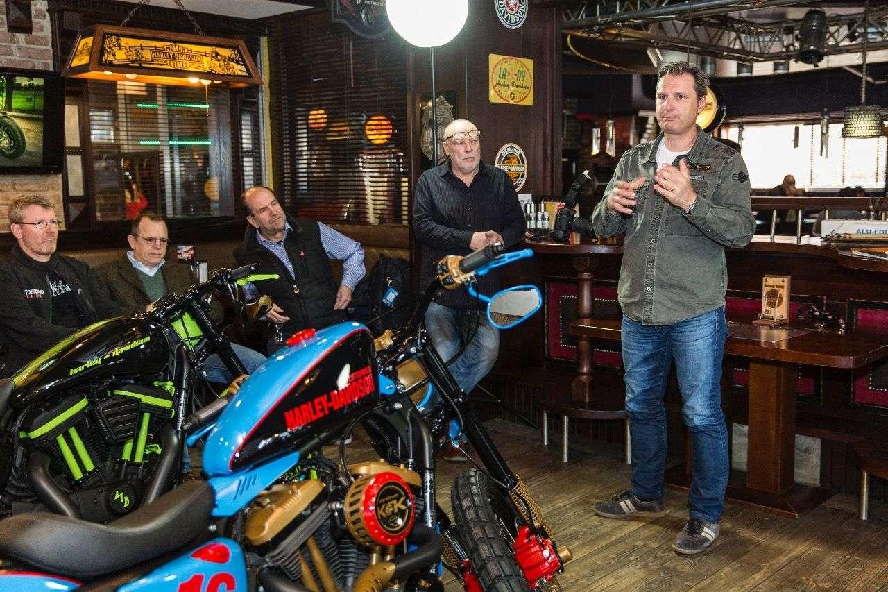 Dr. Christian Arnezeder, Harley-Boss für Österreich und Deutschland, begrüßt die Teilnehmer.