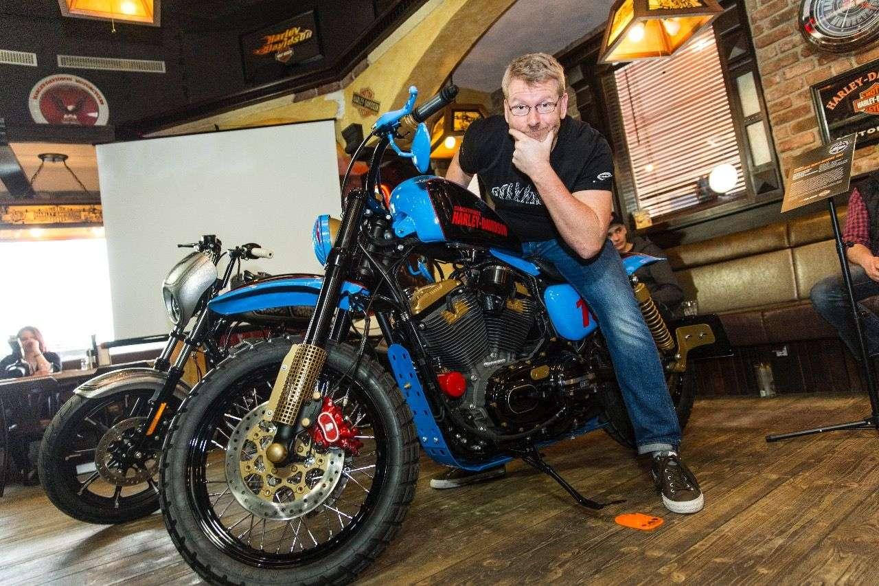 Das farbenfrohe Grazer Bike macht eine Harley Roadster zum Dirt-Tracker.