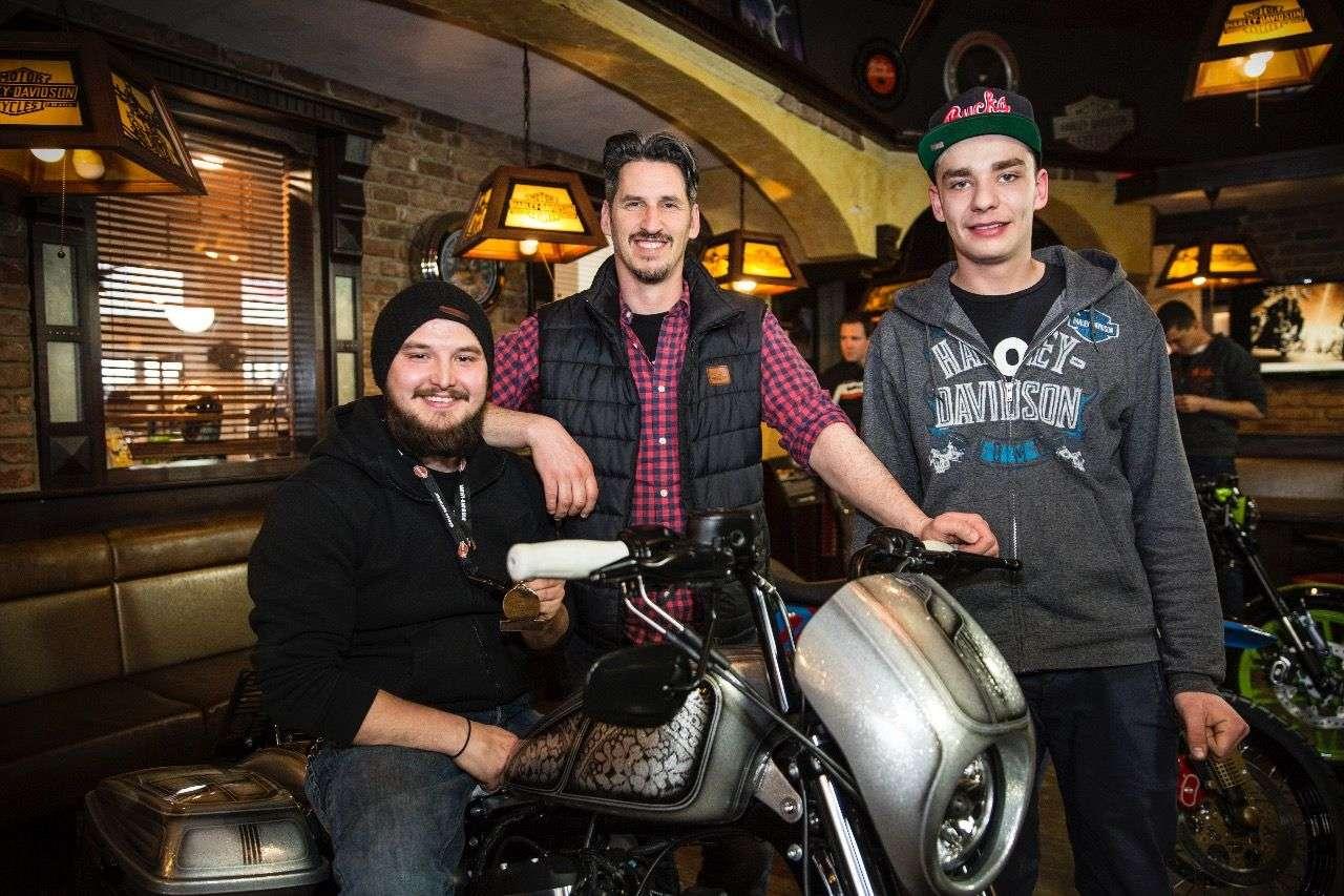 Felix und Markus – zwei Lehrlinge als Meister der Verwandlung; dazwischen Harley-Salzburg-Chef Christian Radauer.
