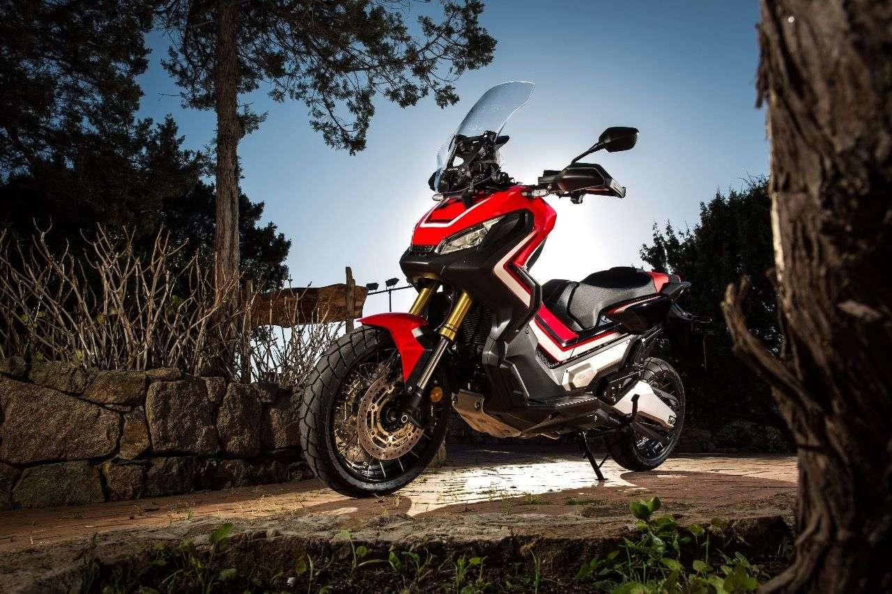 Unterschiedliche Charaktere: Die Honda X-ADV in sportlichem, an die Dakar-Maschinen angelehntem Dress oder ...