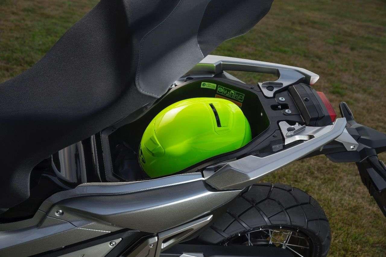 Der Stauraum des X-ADV unter dem Sattel profitiert vom im Vergleich zum Integra kleineren Hinterrad und fasst 21 Liter – genug für einen Adventurehelm mit Schild.