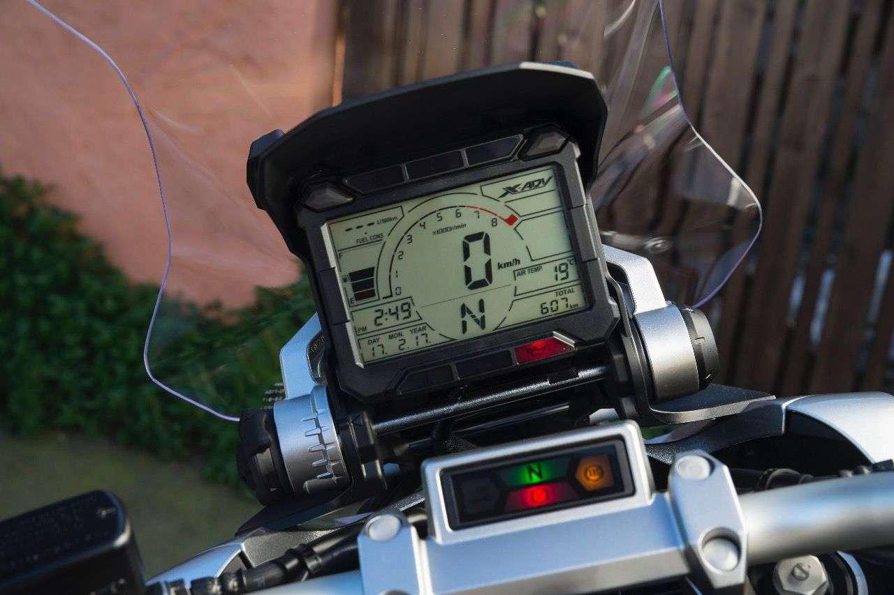 Groß und üppig gefüllt: Das LCD-Instrument des Honda X-ADV stellt sich in optische Nähe zu den Cockpits der Dakar-Maschinen.