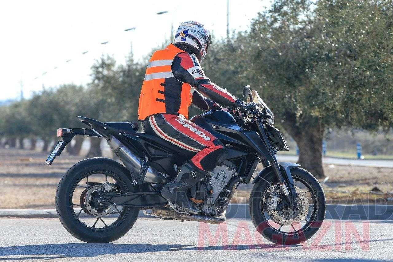 KTM 790 Duke 2018 in der Seitenansicht: Schlank, rank und mit einem hoch gezogenem Auspuff, den man an Nakedbikes zuletzt selten gesehen hat. Foto © bmh-images