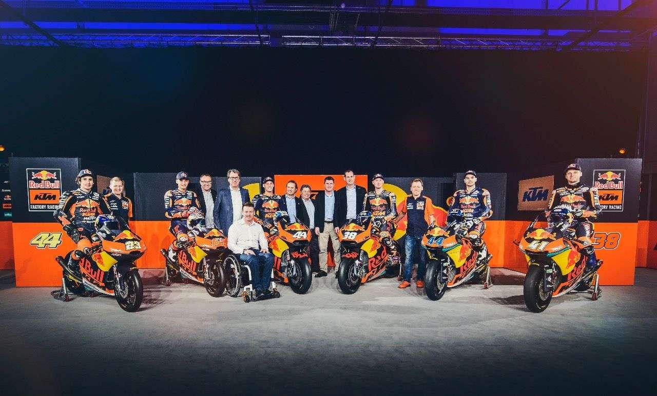 Das KTM-Lineup für die kommende WM: Erstmals treten die Oberösterreicher in allen drei Klassen an. Die Highlights sind natürlich die MotoGP-Bikes in der Mitte. Alle Fotos © Sebas Romero/Red Bull Content Pool