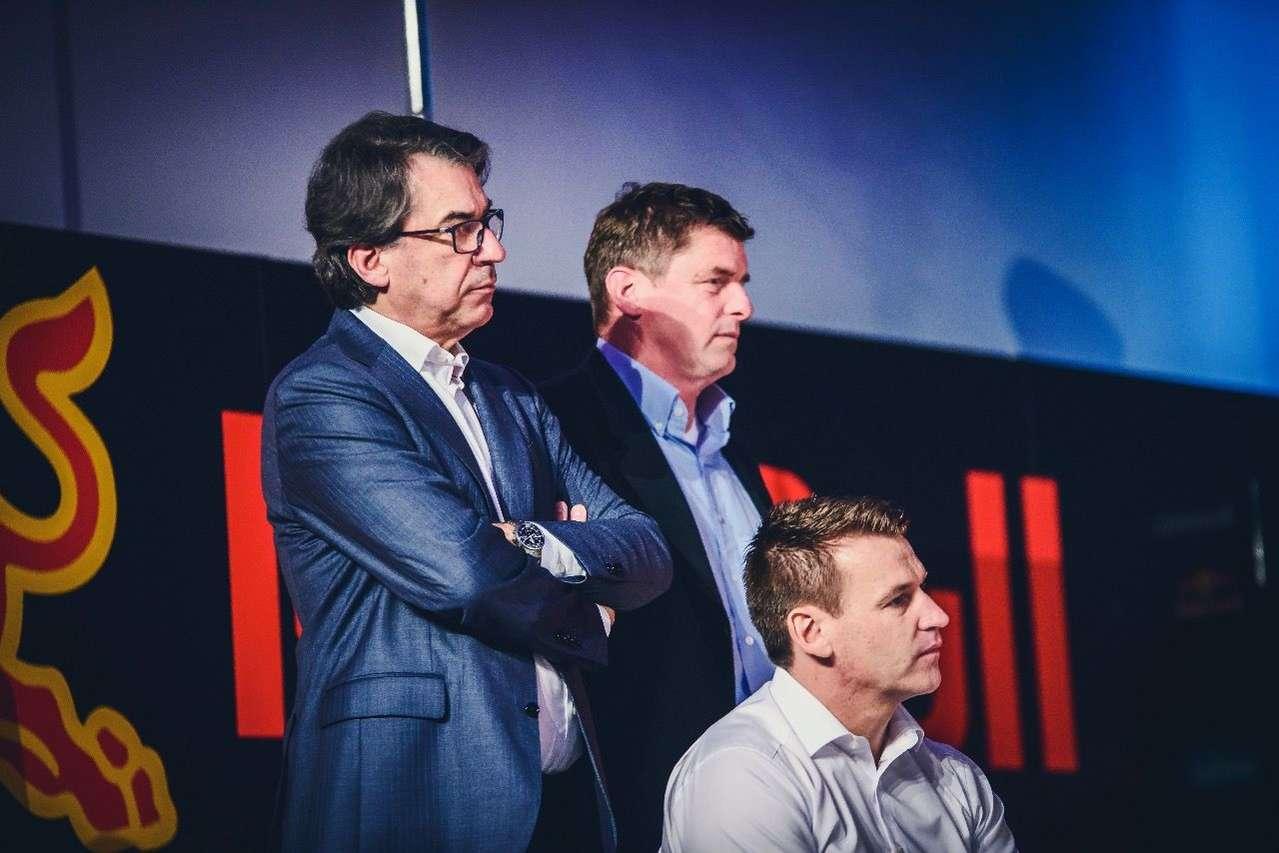 Ein großer Moment für KTM: Boss Stefan Pierer, Red-Bull-Motorsportchef Thomas Überall und KTM-Sportdirektor Pit Beirer.