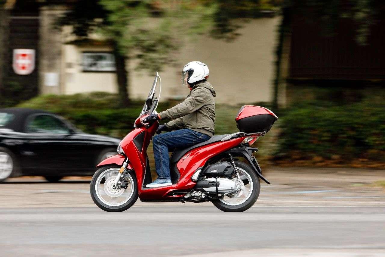 Das praktische Topcase ist beim Honda SH125i in Österreich weiterhin serienmäßig.