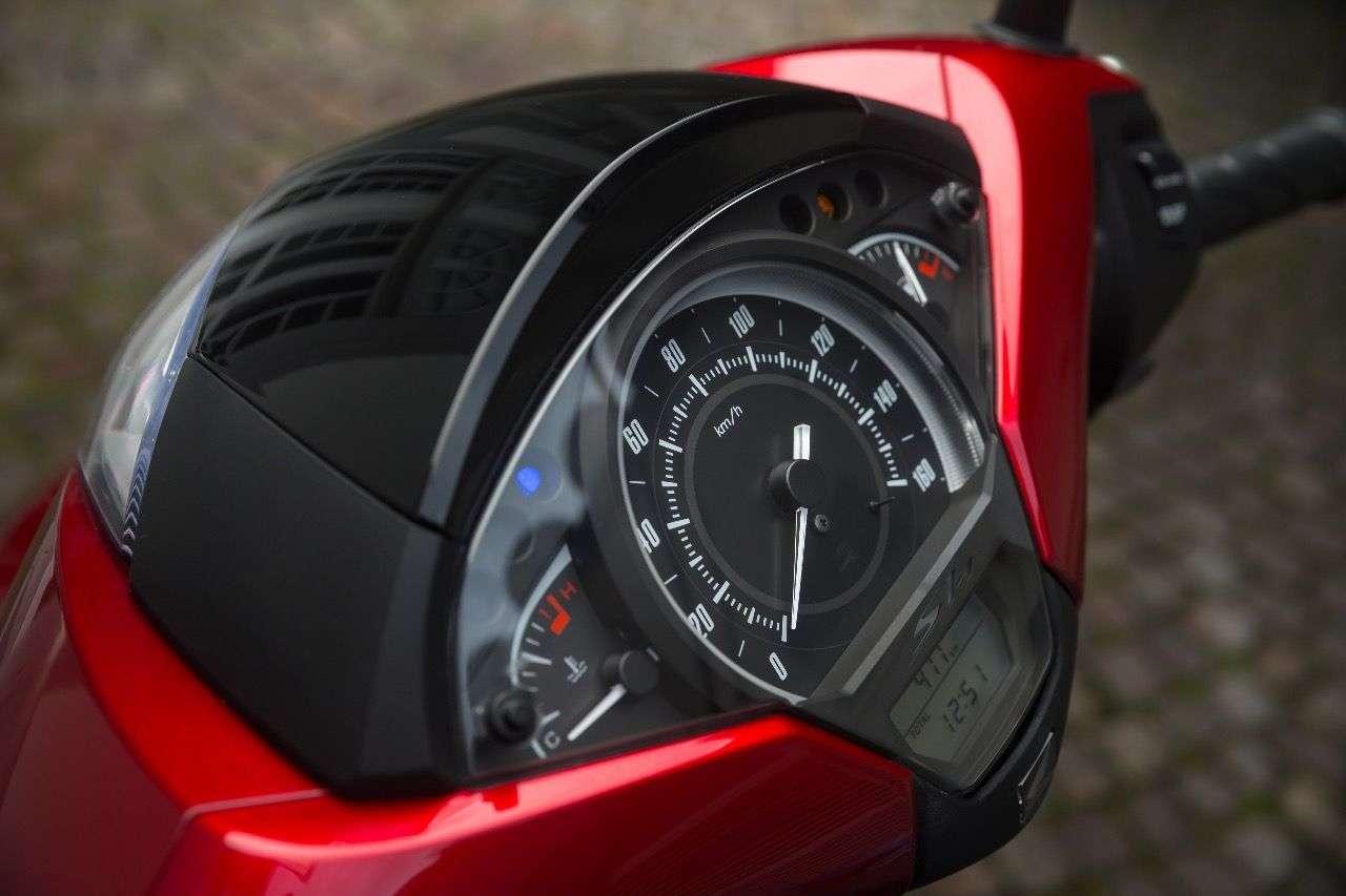 Das neu gestaltete Cockpit des Honda SH125i und ...