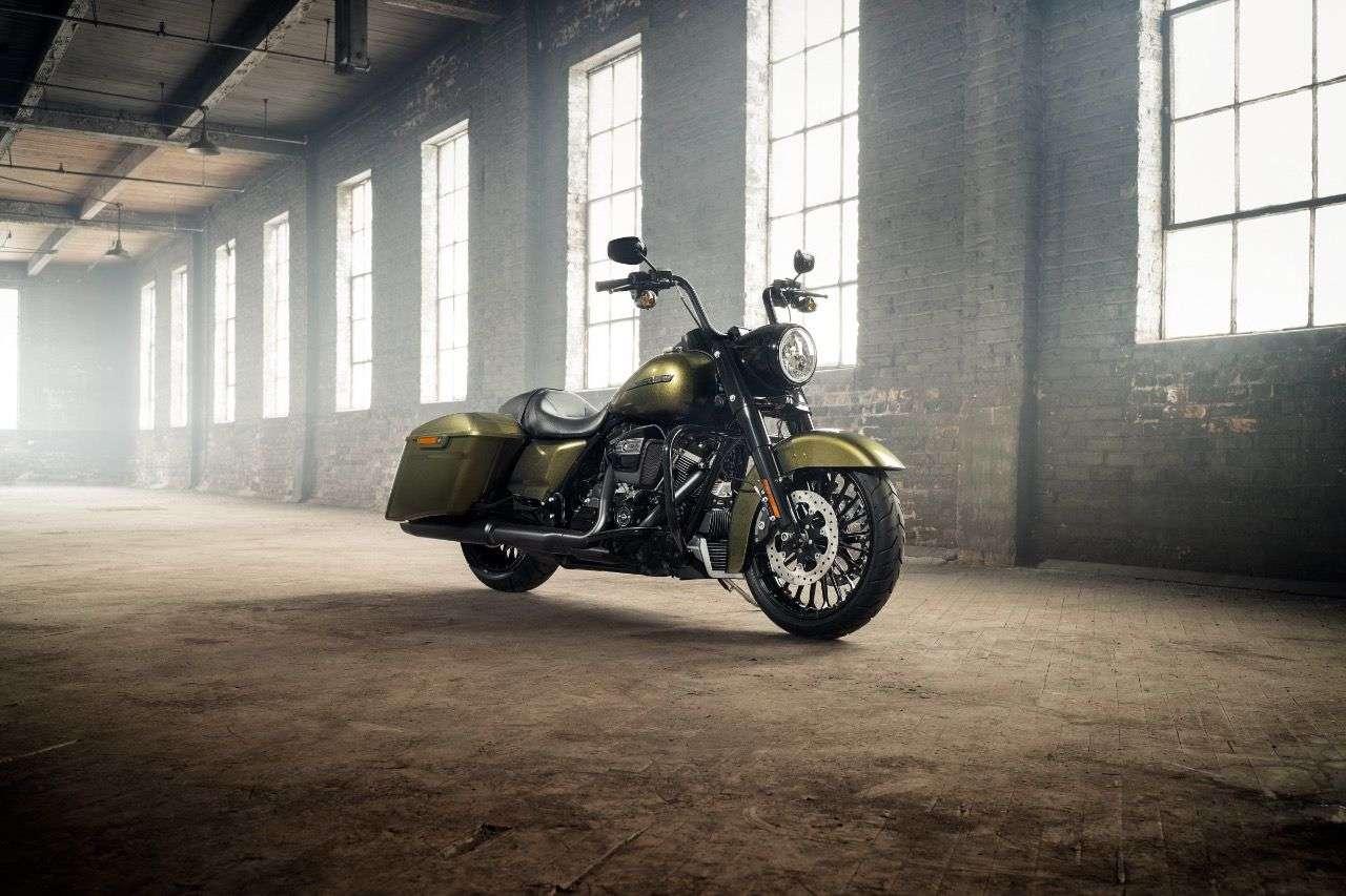 """Harley-Davidson Road King Special: Die dritte Variante des Straßenkönigs, diesmal als """"niedriger, finsterer Factory-Custom-Bagger""""."""