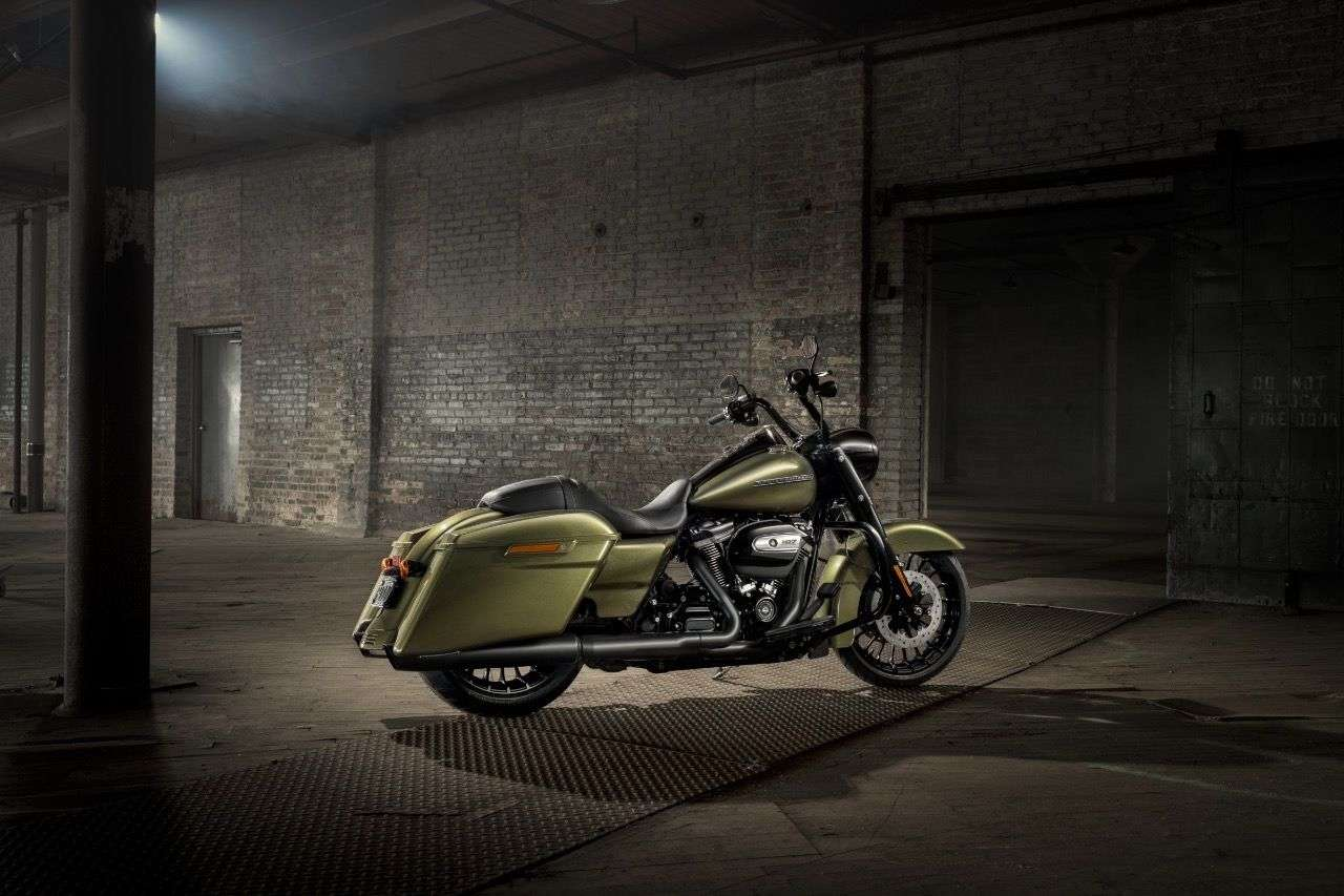 Auch von hinten ein geiler Look: Die Harley Road King Special kommt mit verlängerten Koffern und einem 18-Zoll-Hinterrad.