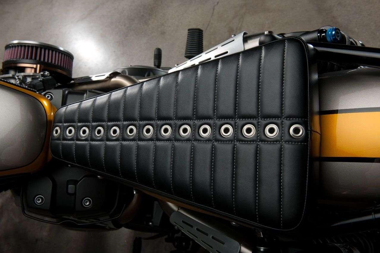 Wir wissen nicht, ob man darauf wirklich sitzen will – aber der Look steht der Yamaha SCR950 hervorragend.