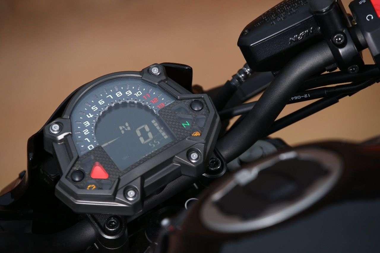 Purismus im Detail: Das Cockpit der Z900 wird von der Z650 übernommen, ...
