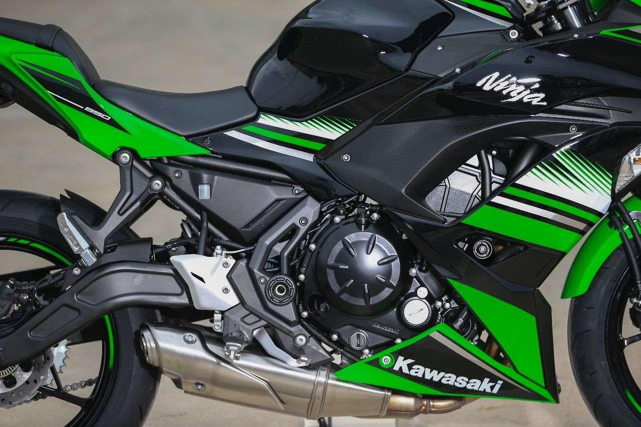 Der Reihenzweizylinder der Kawasaki Ninja 650 stammt noch von der ER-6f, wurde aber kräftig überarbeitet und um zwei Kilo leichter. Die neuen Werte; 68 PS, 66 Nm – und der Verbrauch wurde um 8% auf 4,3 l/100 km im WMTC reduziert.