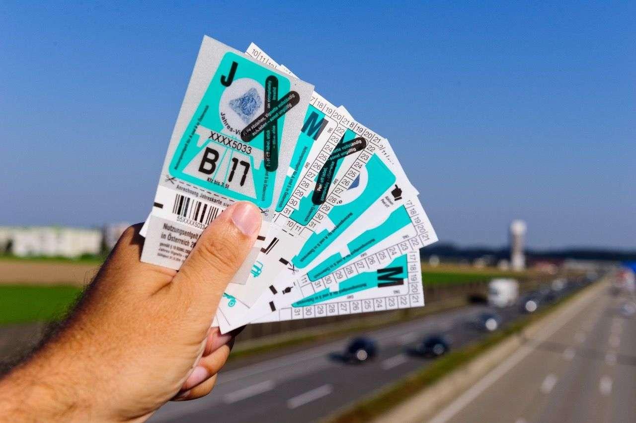 Österreichs Autobahnvignette wird ab 2018 digital. Wer weiterhin kleben will, kann sie wie bisher auch als Abziehbildchen kaufen. Foto: Asfinag/Simlinger