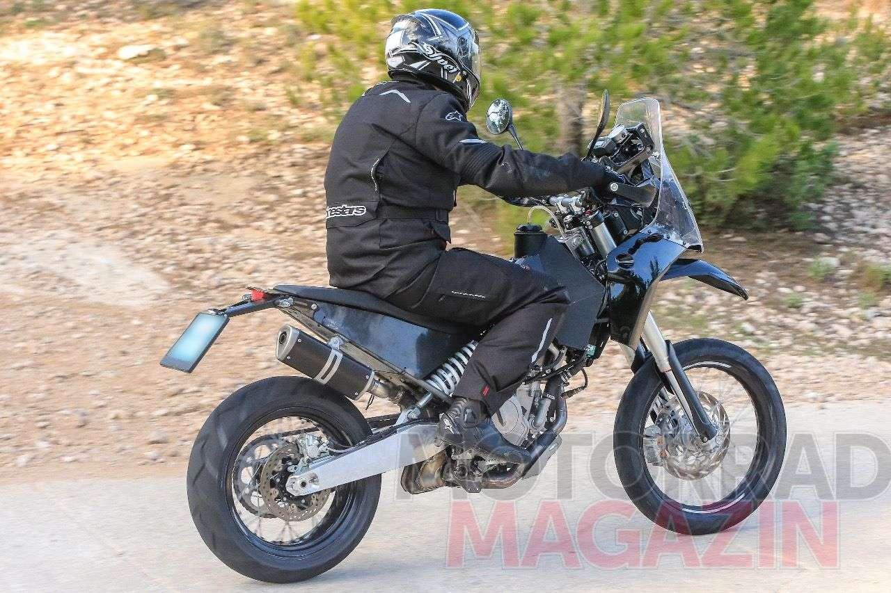 KTM 390 Adventure: Zierliches Heck, gerader Endurosattel, hoher, kleiner Endtopf – das kleine Abenteuerbike von KTM ist ganz offensichtlich auch für forcierte Geländeausflüge gemacht. Foto © bmh-images