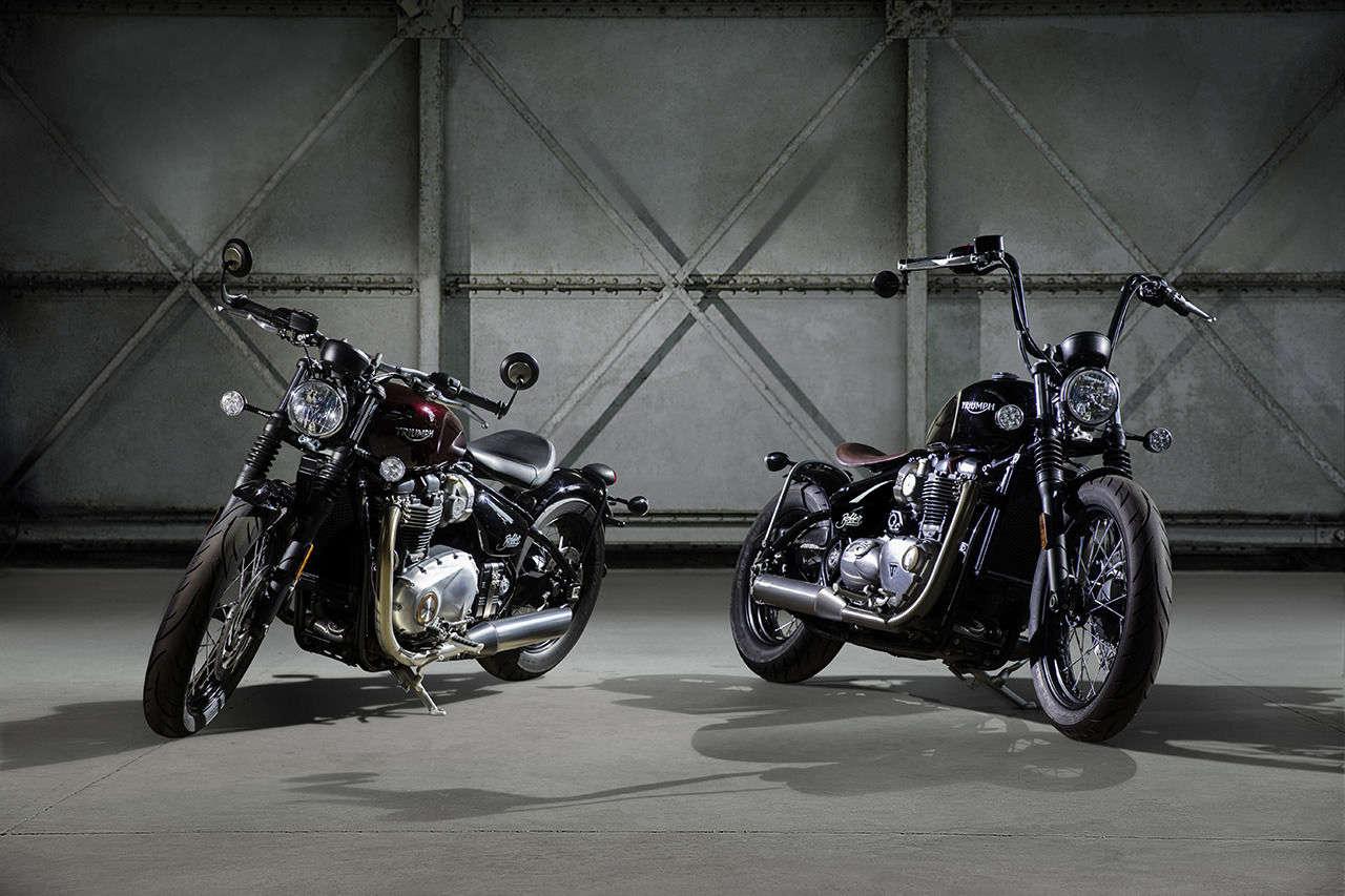 Zwei Varianten der neuen Triumph Bonneville Bobber: Links in Serienzustand, rechts mit einigen der rund 150 Zubehörteile – unter anderem dem Apehanger.