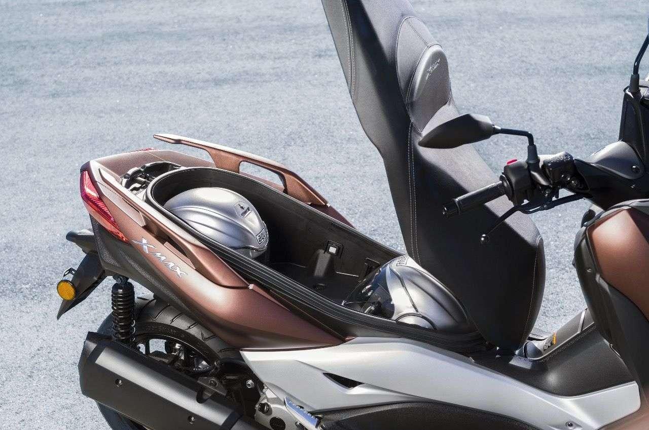 Der bislang schon große Stauraum soll noch einmal gewachsen sein; zwei Integralhelme passen anstandslos hinein, verspricht Yamaha.