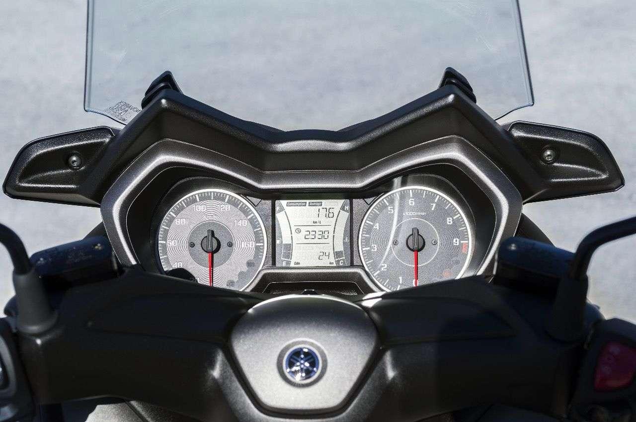 Cockpit im Stil des großen TMAX: Zwei analoge Rundinstrumente mit großem Multifunktions-LCD-Bildschirm in der Mitte.