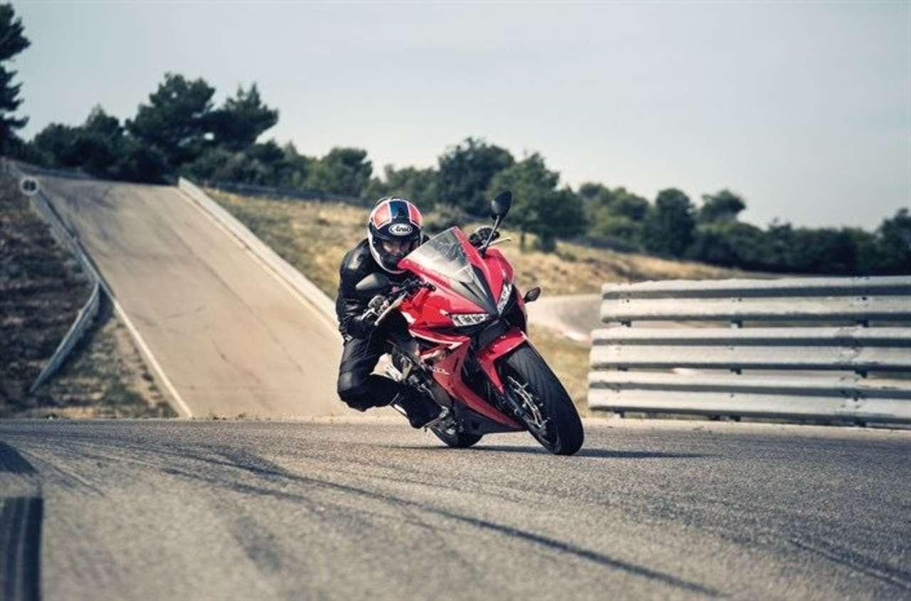 ... Honda CBR500R und, ganz oben, KTM RC390.