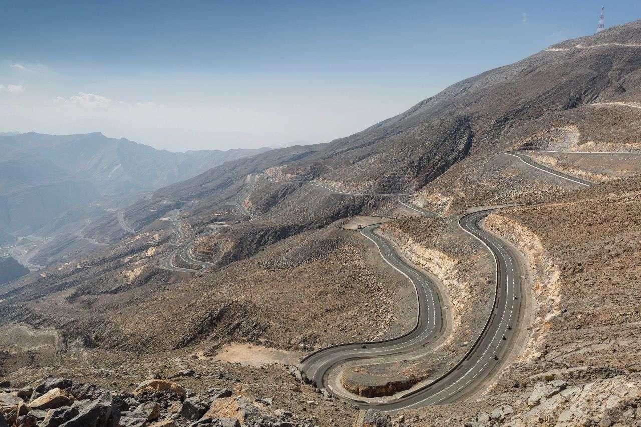 Die Straße auf den Jebel Jais ist eine der fantastischsten Motorradstrecken in den gesamtem Emiraten. Der Passübergang in den Oman soll Mitte 2016 fertig gestellt sein.