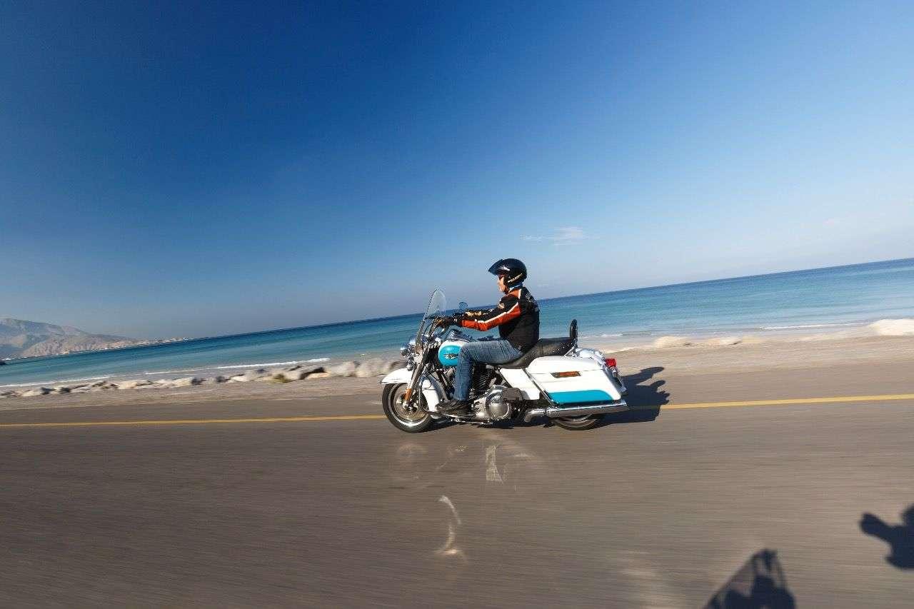 Küstenstraße im Oman: Wenig Verkehr, fantastischer Asphalt, herrliches Blau des persischen Golfs.