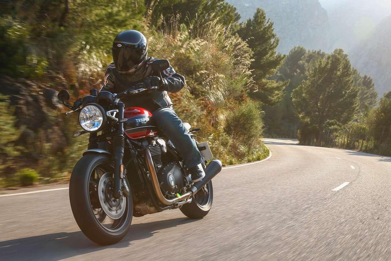 Mächtige Erscheinung, aber agil und leichtfüßig in den Kurven: die neue Triumph Speed Twin. Fotos: Kingdom Creative