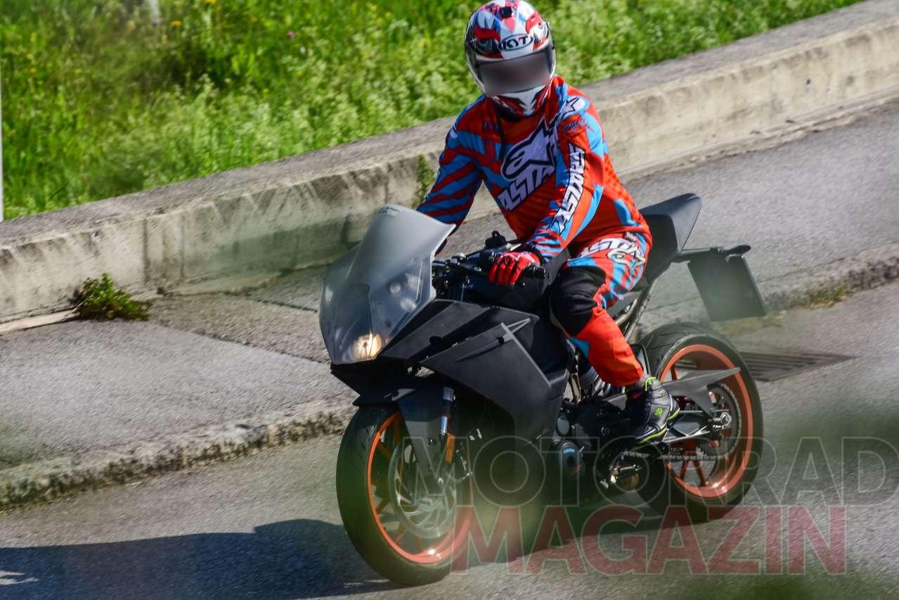Mit neuer Front, die stark an die frühere RC8 erinnert: Prototyp der neuen KTM RC390. Alle Fotos © bmh-images