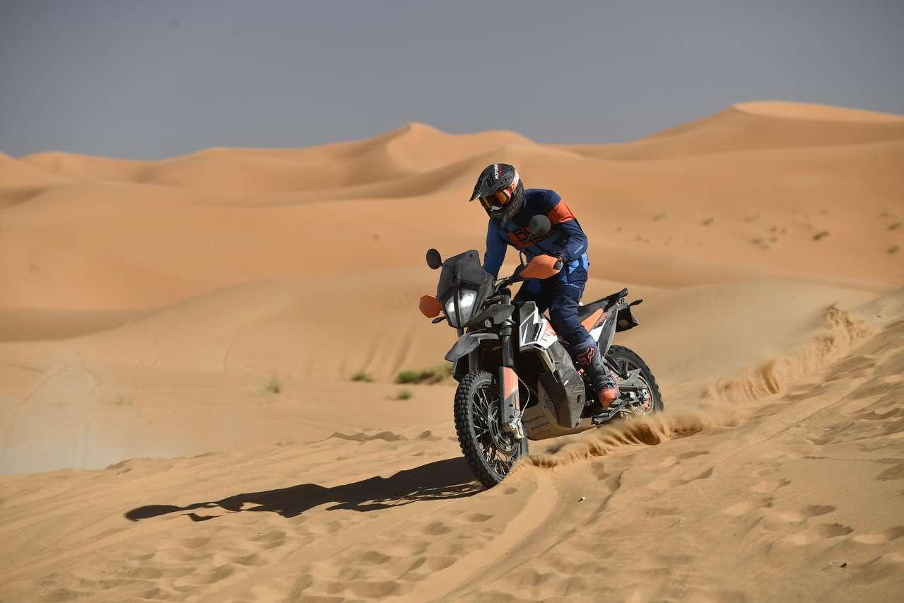 Die KTM 790 Adventure R in den Dünen von Merzouga.