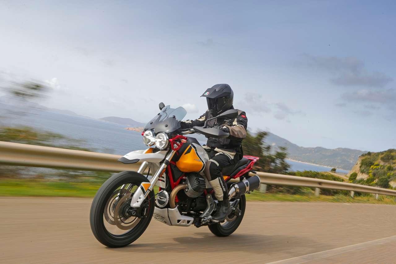 Moto Guzzi V85 TT, hier als Speciale mit Zweifarben-Lackierung und rotem Rahmen: sehr, sehr hübsch ...
