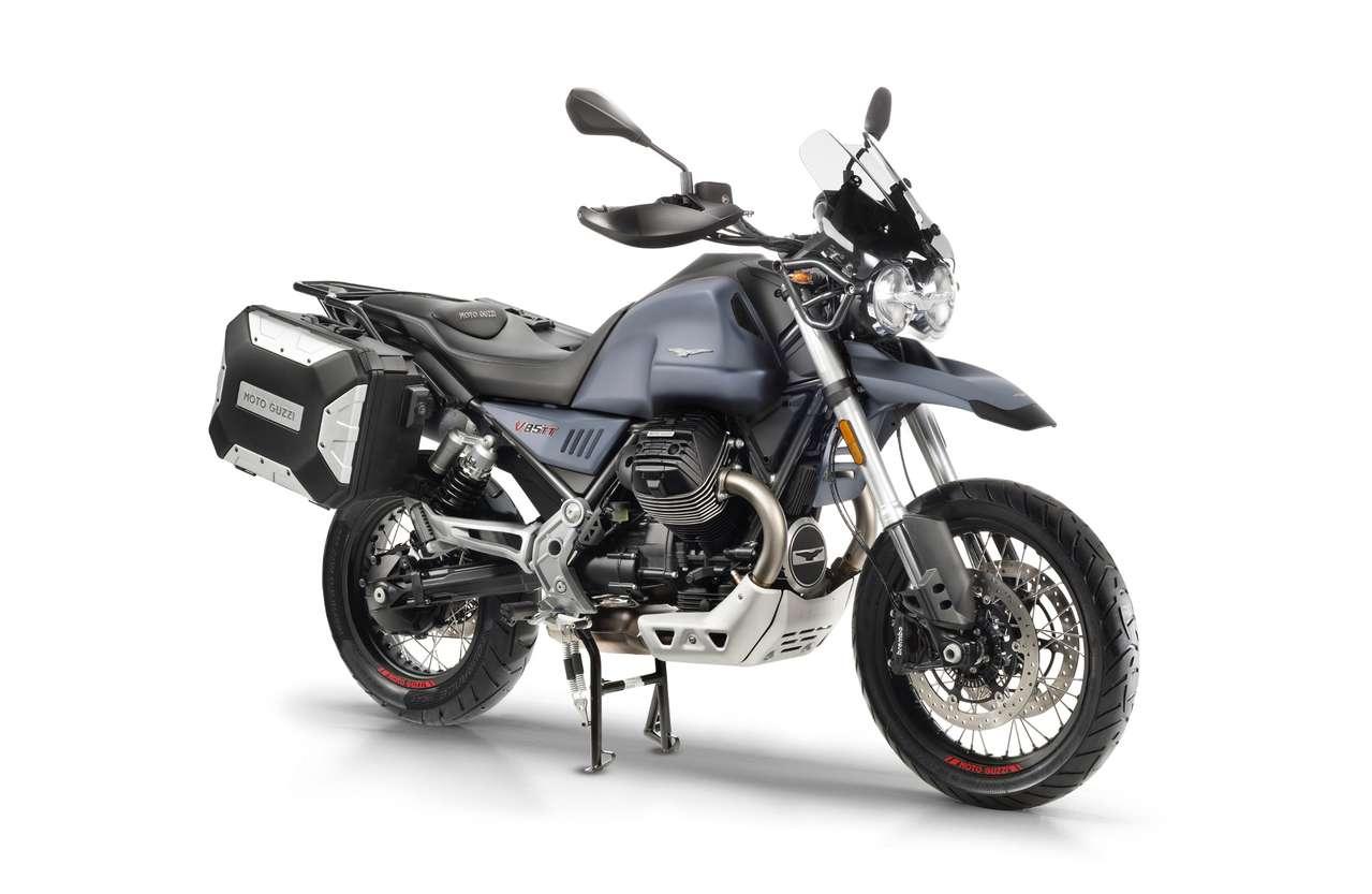 Moto Guzzi V85 TT mit den selbst entwickelten Kunststoff-Koffern: Schlanke Lösung, die Gesamtbreite beträgt damit nur 92 Zentimeter. Ein dazu passendes Topcase wird es ebenfalls geben.