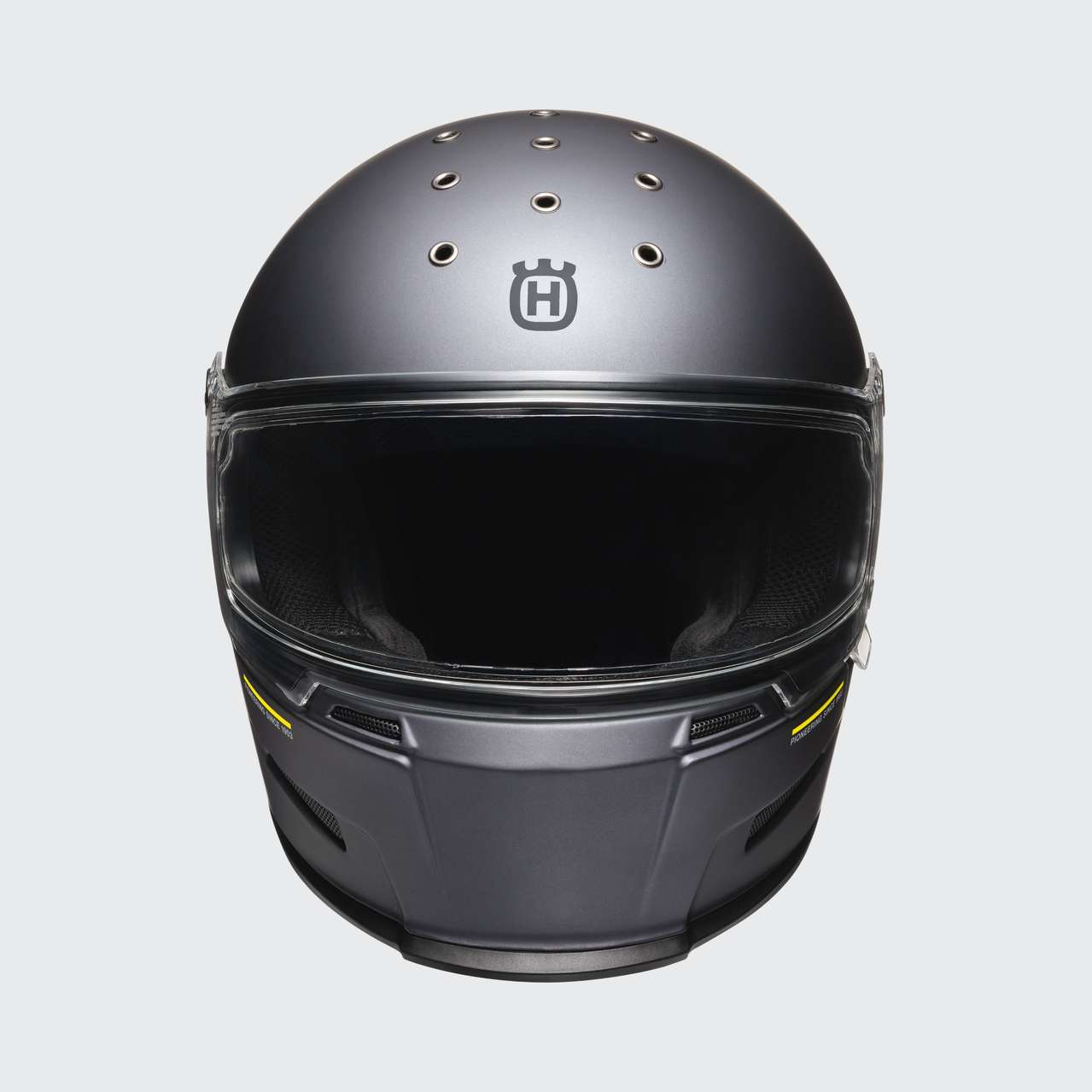 Husqvarna bietet eine komplette Bekleidungskollektion zu den Pilens, unter anderem diesen Bell-Helm.