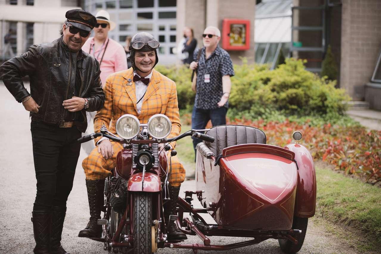 Der österreichische Hotelier Scheiber (l.) fuhr hier eine Harley-Davidson 29-D (1929), das Motorrad im Bild ist eine Henderson K aus deutschem Besitz und ebenfalls aus 1929.