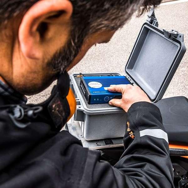 Andreas Keim vom NVH-Team bei KTM prüft das Aufzeichnungsgerät für die zahlreichen Sensoren.