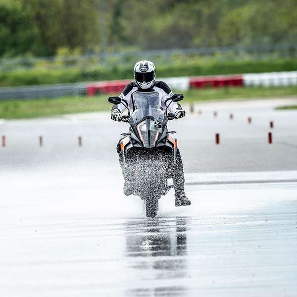 Messung der Bremswege aus 100 km/h auf konstant gefluteter Strecke.