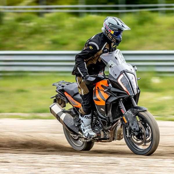 Testfahrer Andreas Halsmayer hat die KTM im Enduro-Modus mit deaktivierter Traktionskontrolle durch den Schotter gejagt.