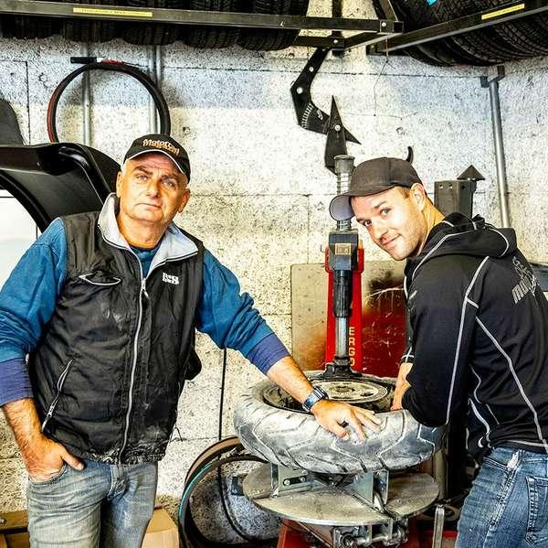 Horst Gangelberger und Patrick Dangl tauschten ihre Plätze im MM-Testteam kurzfristig mit einer Reifenmontiermaschine.