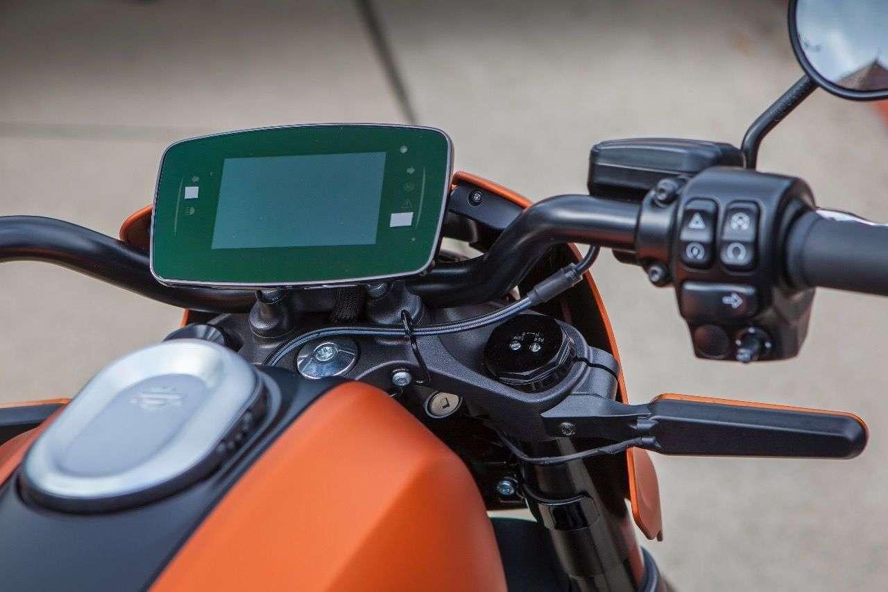 Das 4,3-Zoll-TFT-Display reagiert im Stand auf Berührungen, während der Fahrt wird es per Joystick bedient.