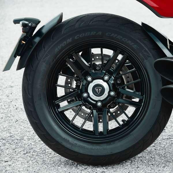 Triumph Rocket 3 R: schwarze Felgen.