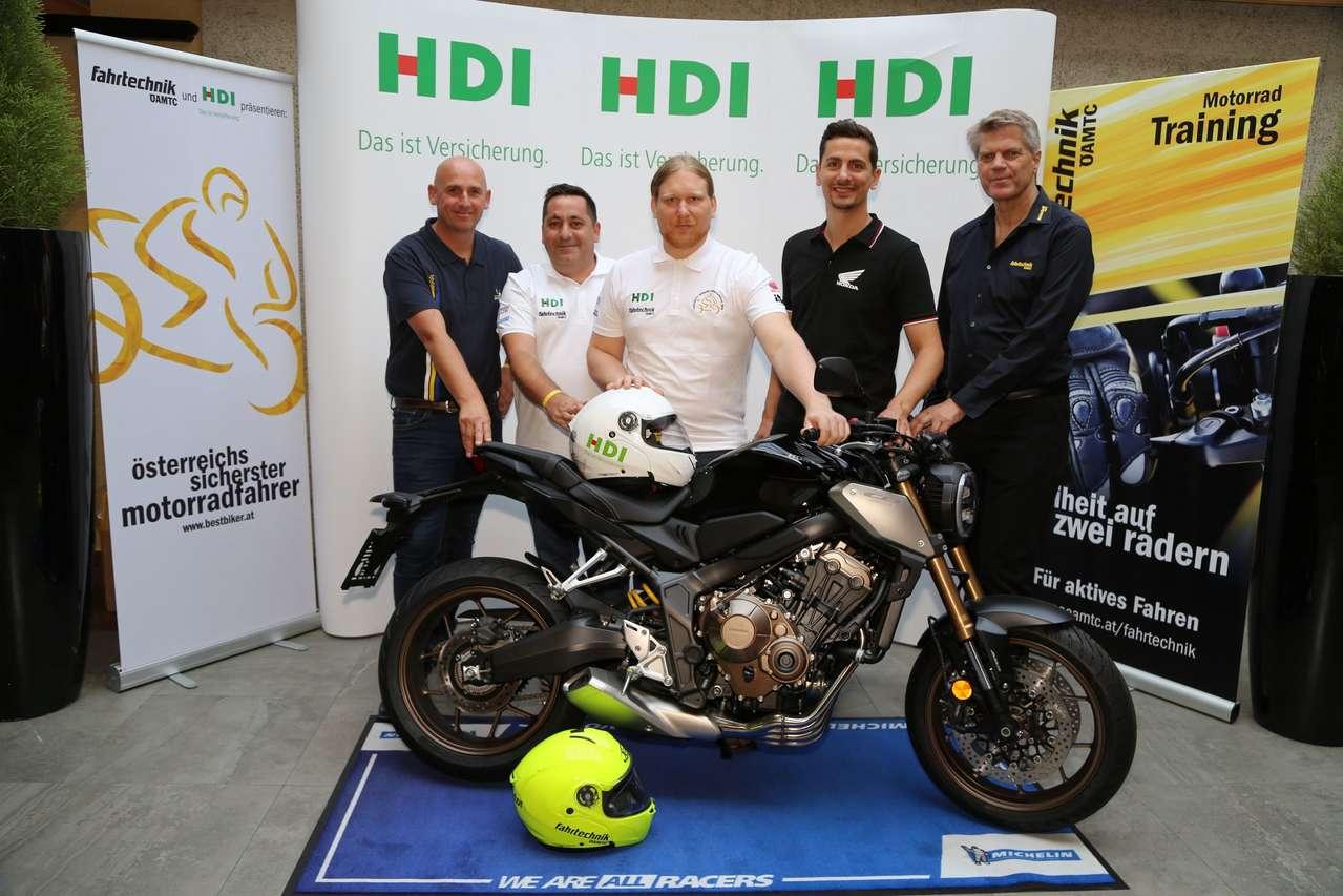 Philipp Kornfeld, Regional Manager Motorcycle Division, Honda Austria (2.v.l.) überreichte dem Sieger eine brandneue CB650R.