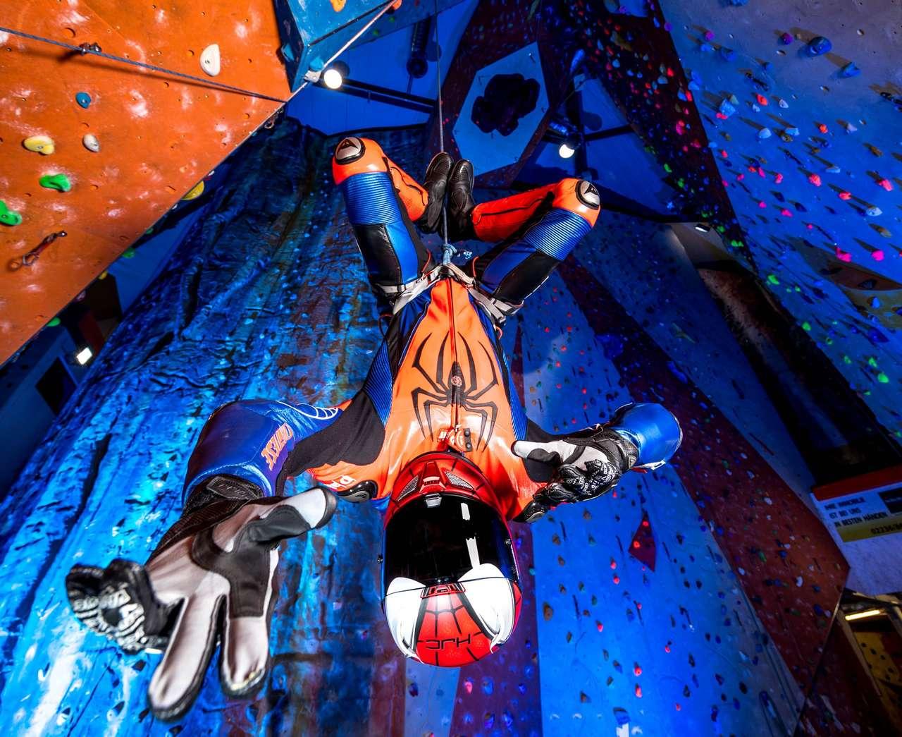 Maßgeschneiderte Spiderman-Lederkombi, made by Dainese Custom Works. Fotos: Kurt Pinter
