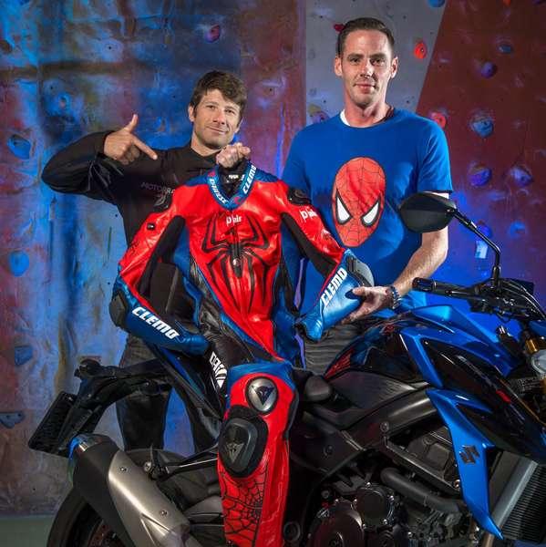 Christian Spiesz (r.) von Dainese Österreich ist langjähriger Individualisierungsexperte und machte mit seinem Team schon viele Kundenträume wahr - auch den von Spiderman-Clemo aus unserer Redaktion.