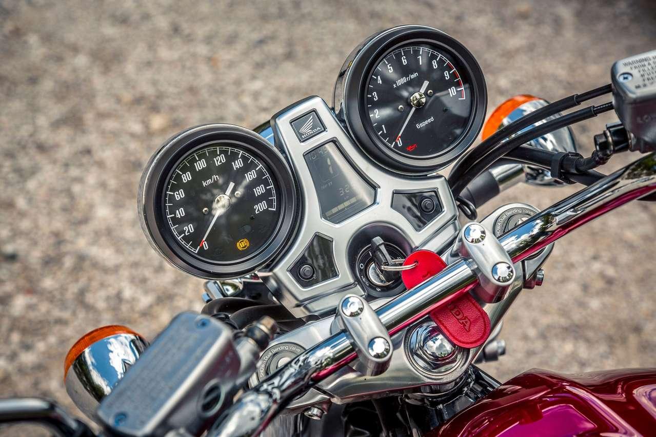 Zwei Rundinstrumente für km/h und RPM