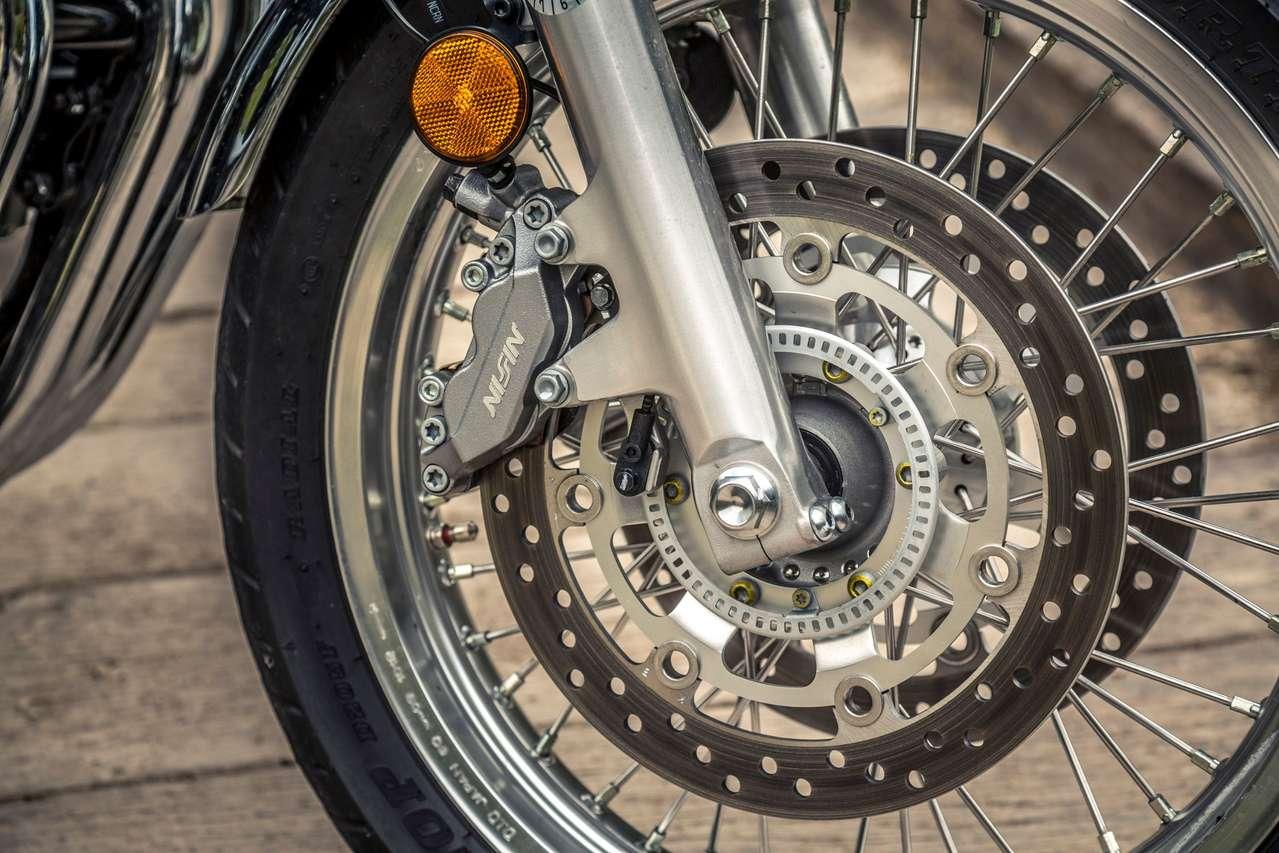 Kreuzspeichenfelgen, hinten ein 140er Reifen