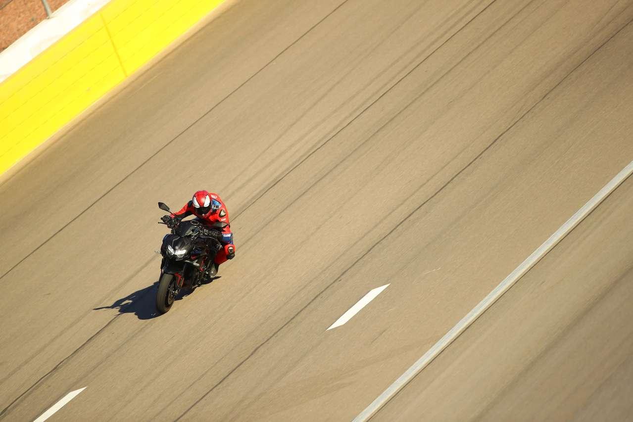 Kawasaki Z H2 2020 im Steilkurven-Oval des Las Vegas Speedway