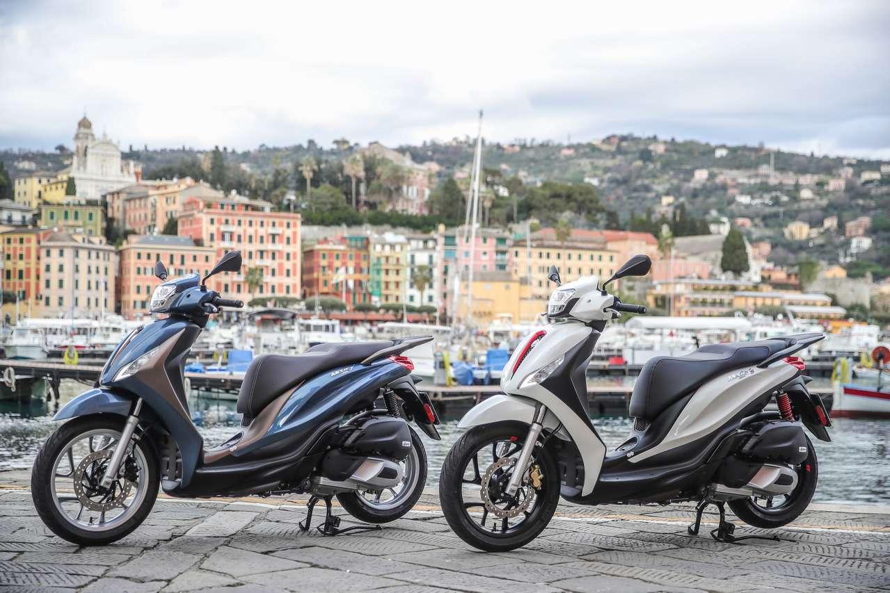Zwei Versionen der neuen Piaggio Medley: das elegante Basismodell (l.) und die sportlichere S-Version.