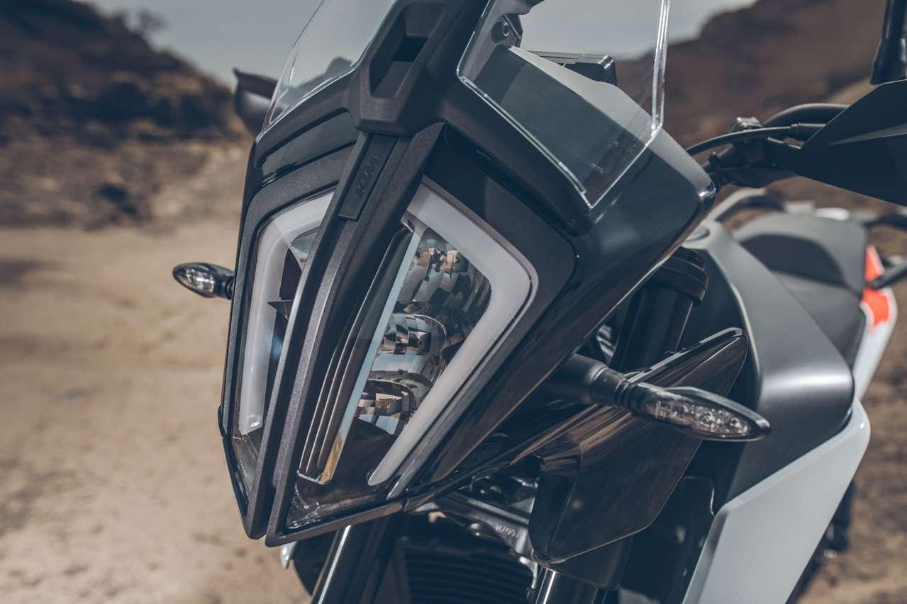 Die insektoide Lichtmaske mit LED-Scheinwerfer sieht jener der KTM 790 Adventure zum Verwechseln ähnlich.