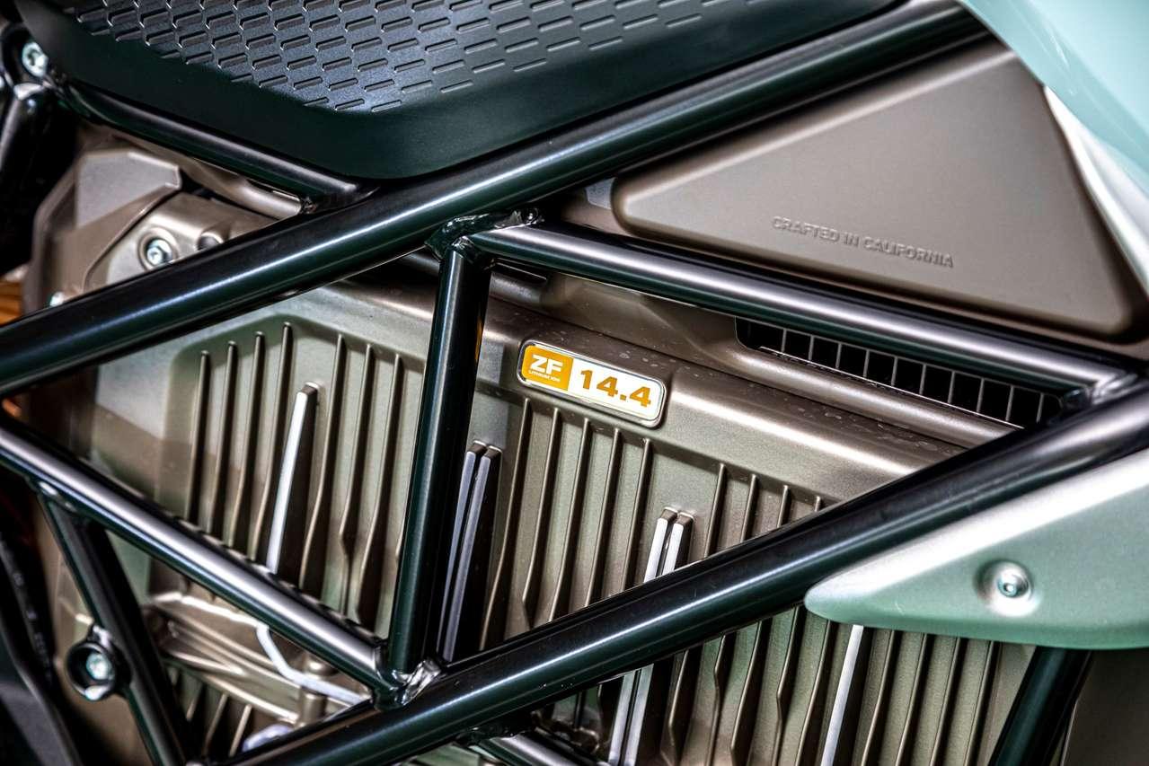 Im Gitterrohrrahmen ist ein luftgekühlter, maximal 110PS starker Motor samt 14,4 kWh Akku verschraubt, der über 54 PS Dauerleistung verfügt.