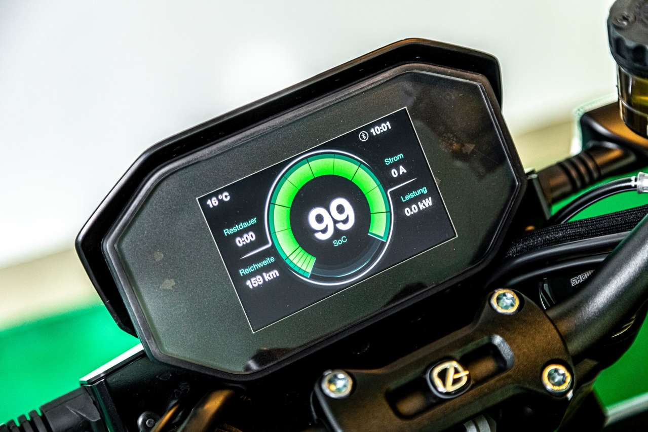 Das kontraststarke 5-Zoll-TFT-Farbdisplay liefert umfangreiche Informationen zum Fahrzeugstatus.