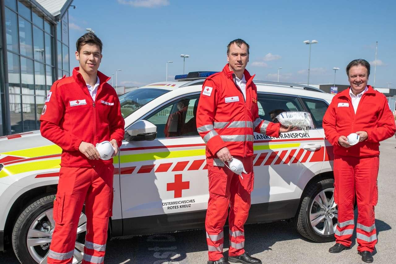 Zivildienstleistender Ferdinand Sima, Abteilungsleiter Michael Moser und Landesrettungskommandant Werner Kraut vom Roten Kreuz Niedero?sterreich